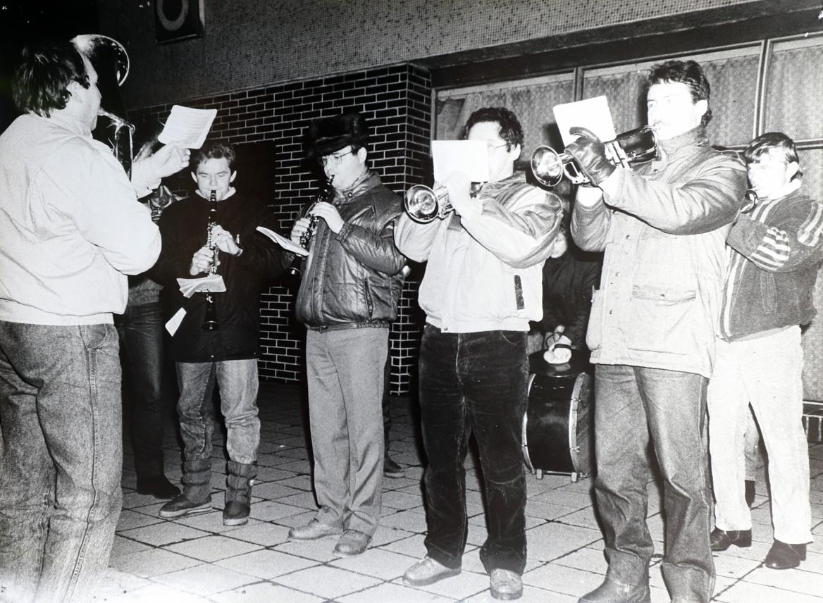 Při demonstracích se ve Veselí pravidelně i hrálo a zpívalo.