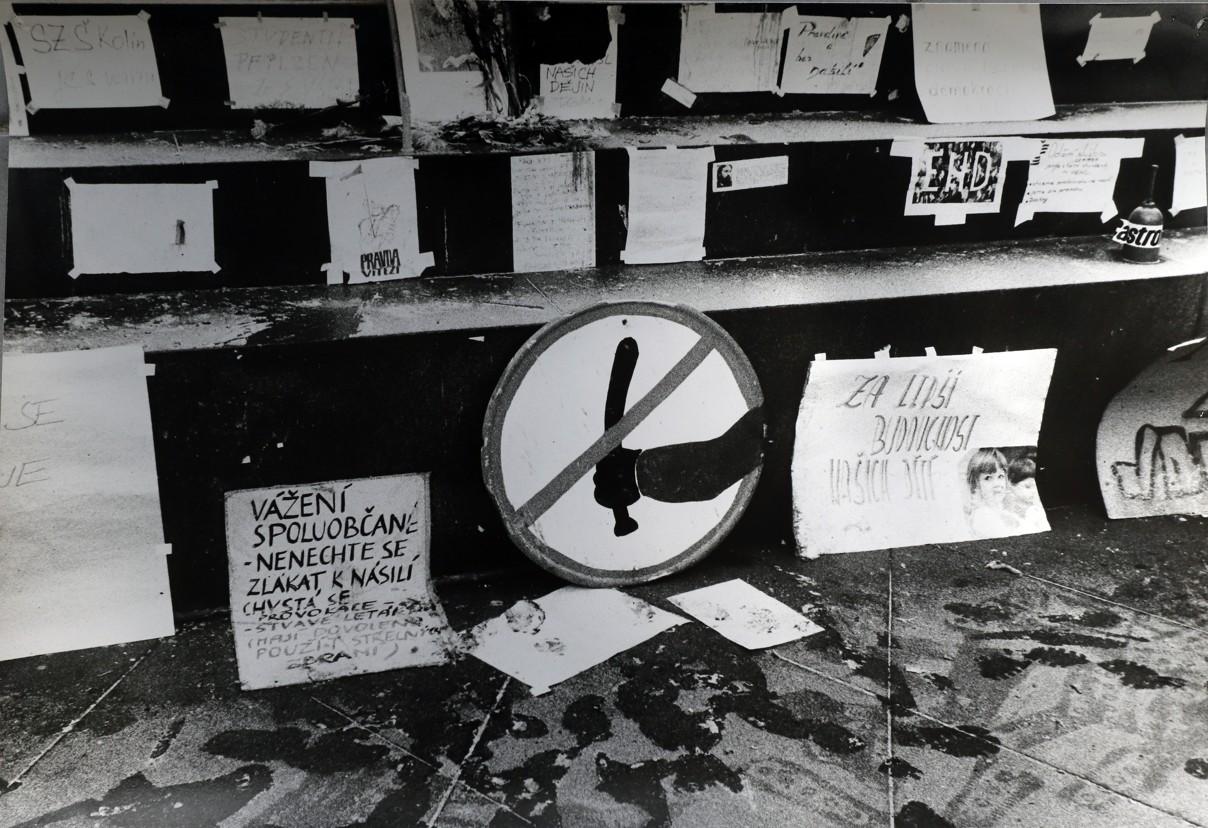 Veselané zamířili v revolučních dnech i do Prahy, kde vznikly tyto snímky.