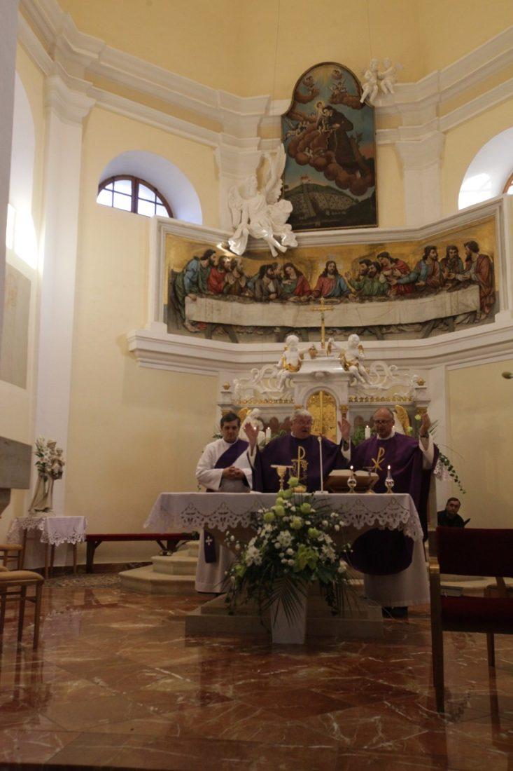 Hlavním celebrantem Dušičkové pouti byl P. Antonín Bachan z Hluku (uprostřed)