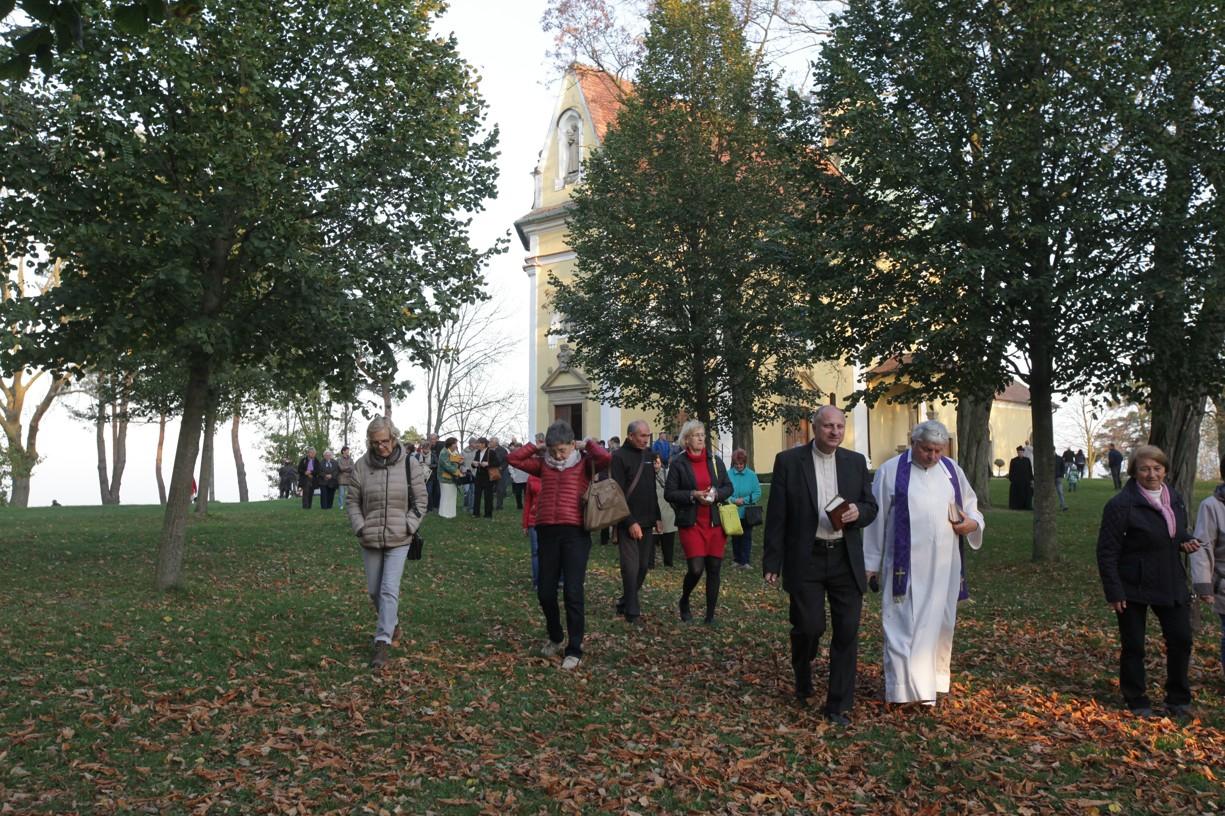 Po mši svaté následovala Křížová cesta, kterou vedl P. Antonín Bachan (vpravo) a P. Zdeněk Stodůlka