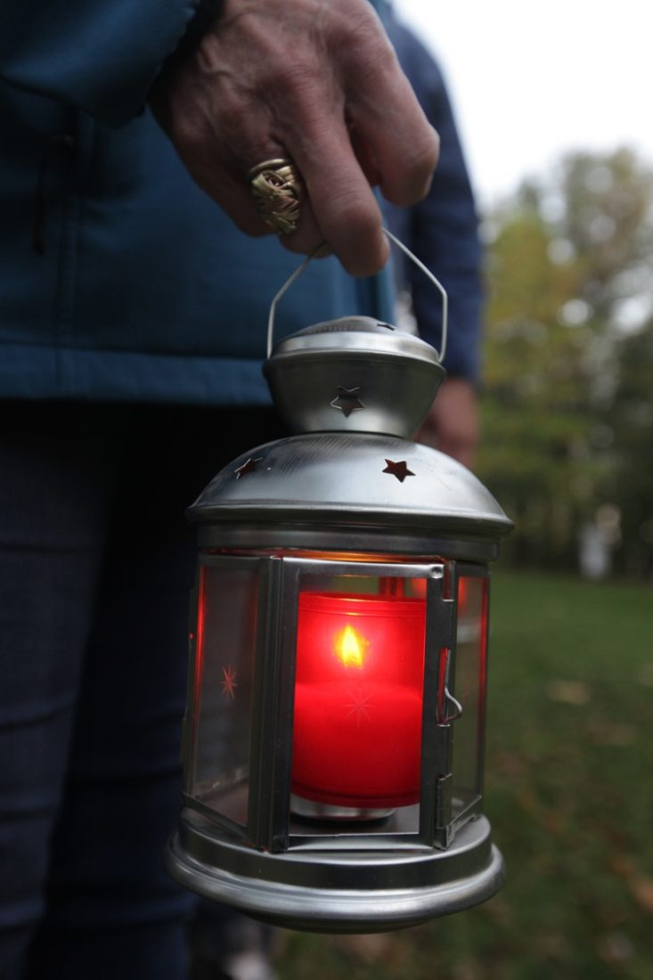 Modlitba a zapálené svíce za zemřelé na Antonínku