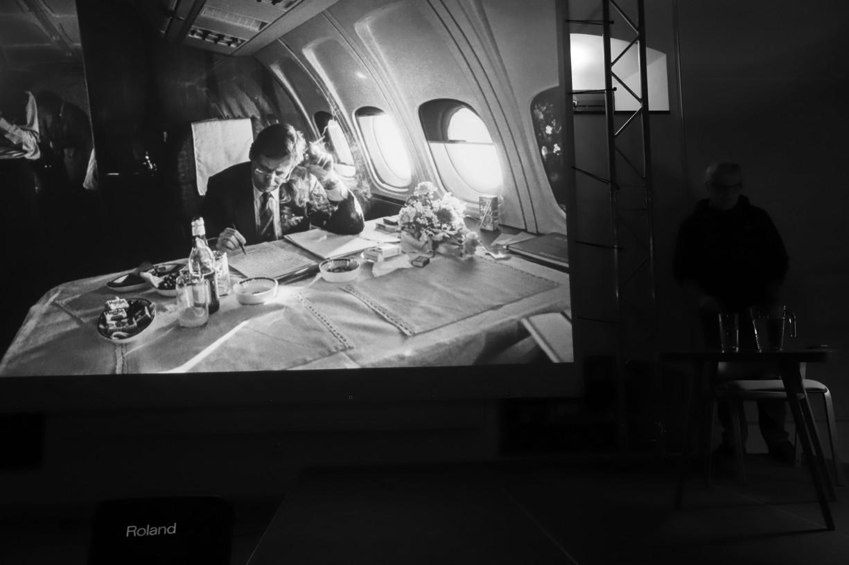 omentovaná projekce černobílých fotografií Václava Havla za přítomnosti autora Tomkiho Němce.
