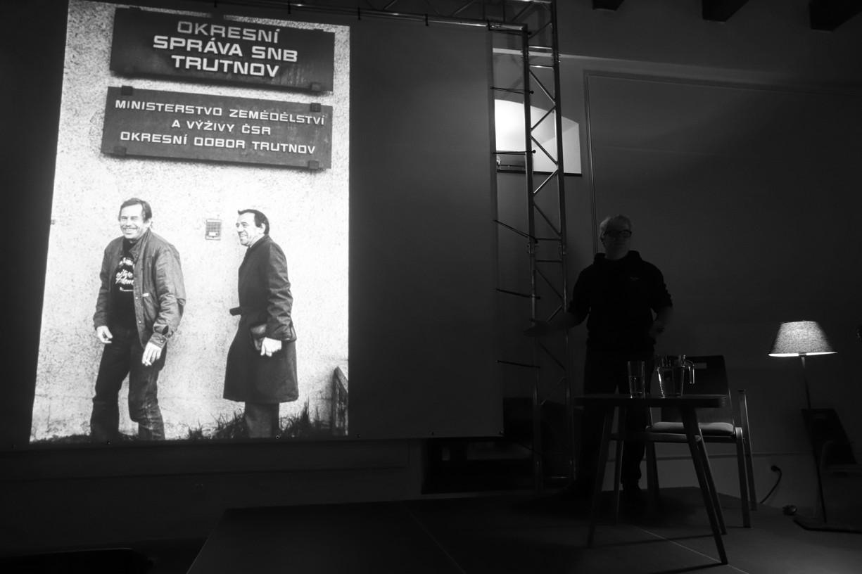 Komentovaná projekce černobílých fotografií Václava Havla za přítomnosti autora Tomkiho Němce.