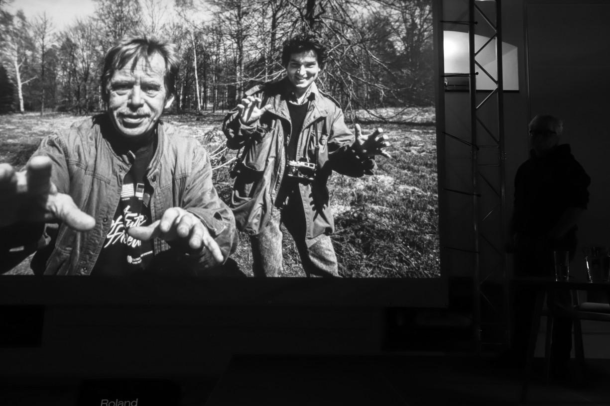 Václav Havel s autorem fotografií Tomki Němcem.