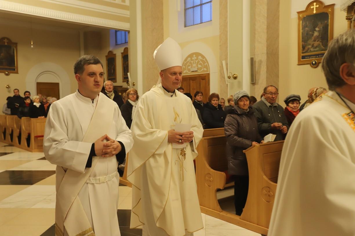 Začátek mše svaté v kostele sv. Jakuba Staršího v Ostrožské Lhotě.