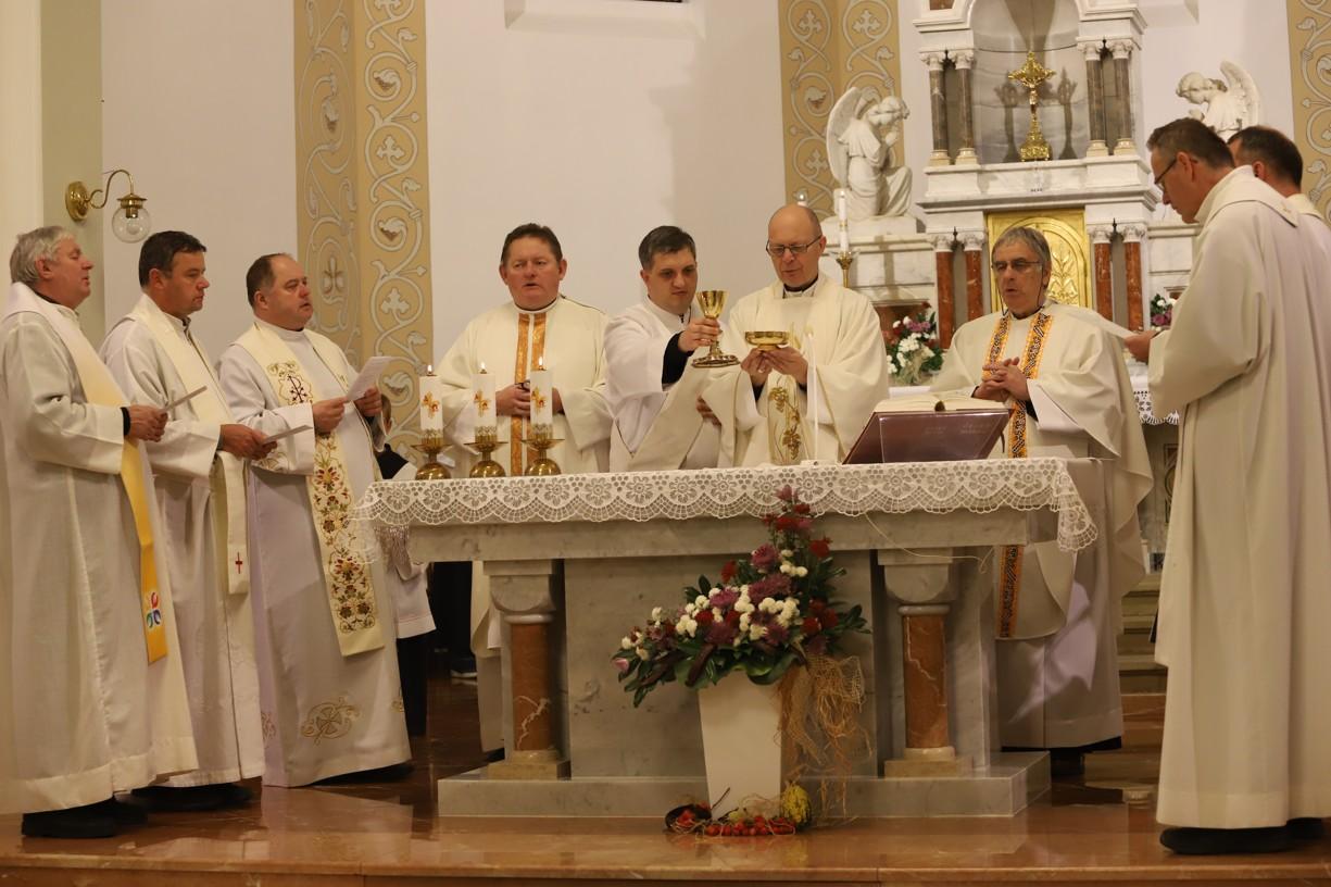U oltáře se sešlo osm kněží v čele s olomouckým biskupem Mons. Antonínem Baslerem.