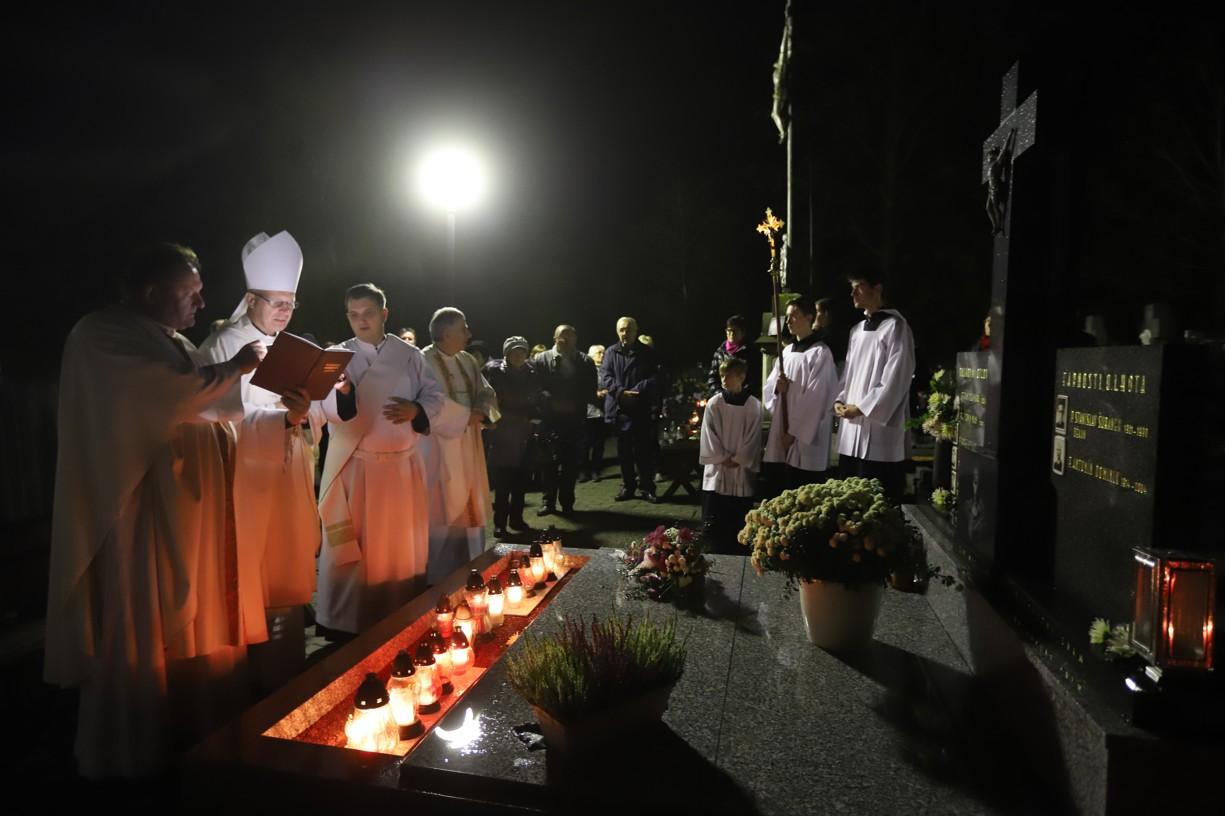Po mši svaté se věřící a kněží v čele s biskupem Baslerem sešli u hrobu P. Antonína Šuránka.