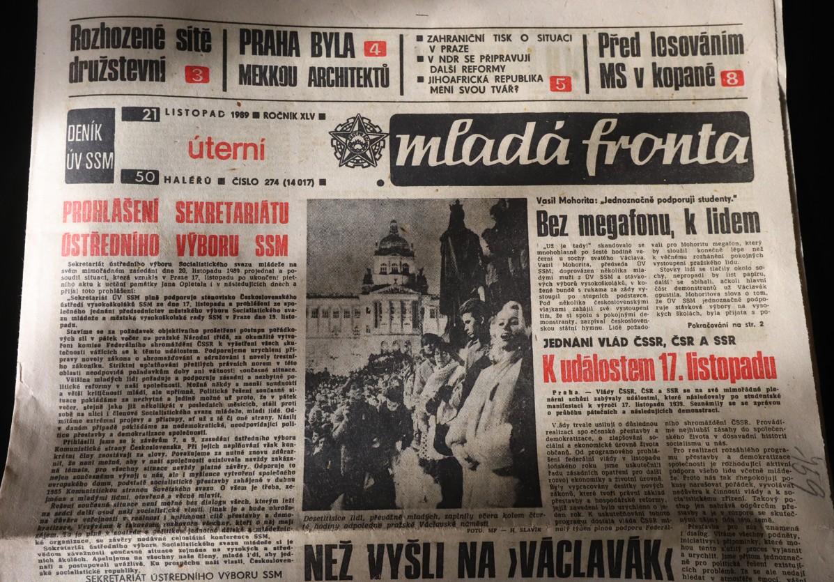 Informace o Sametové revoluci v deníku Mladá fronta v listopadu roku 1989