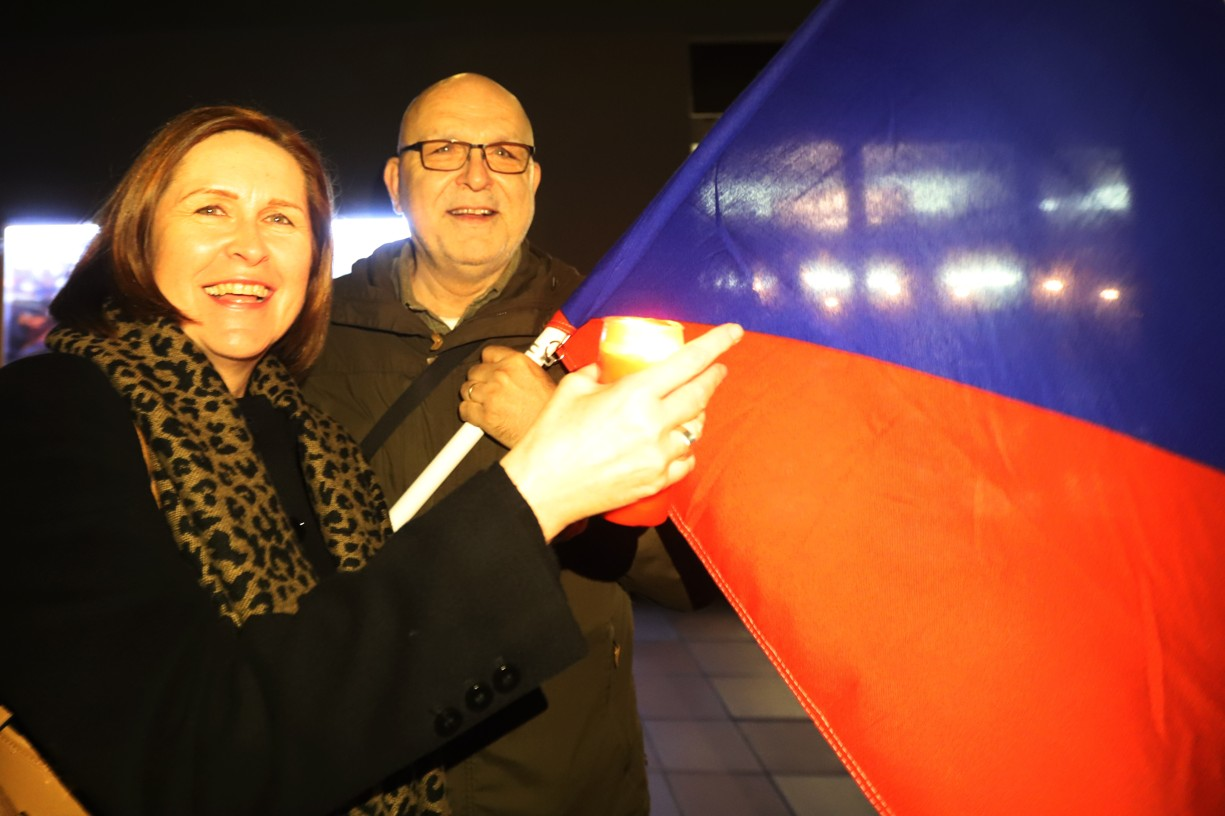 Jaroslav Pospíšil přinesl ke kinu vlajku stejně jako před třiceti lety.