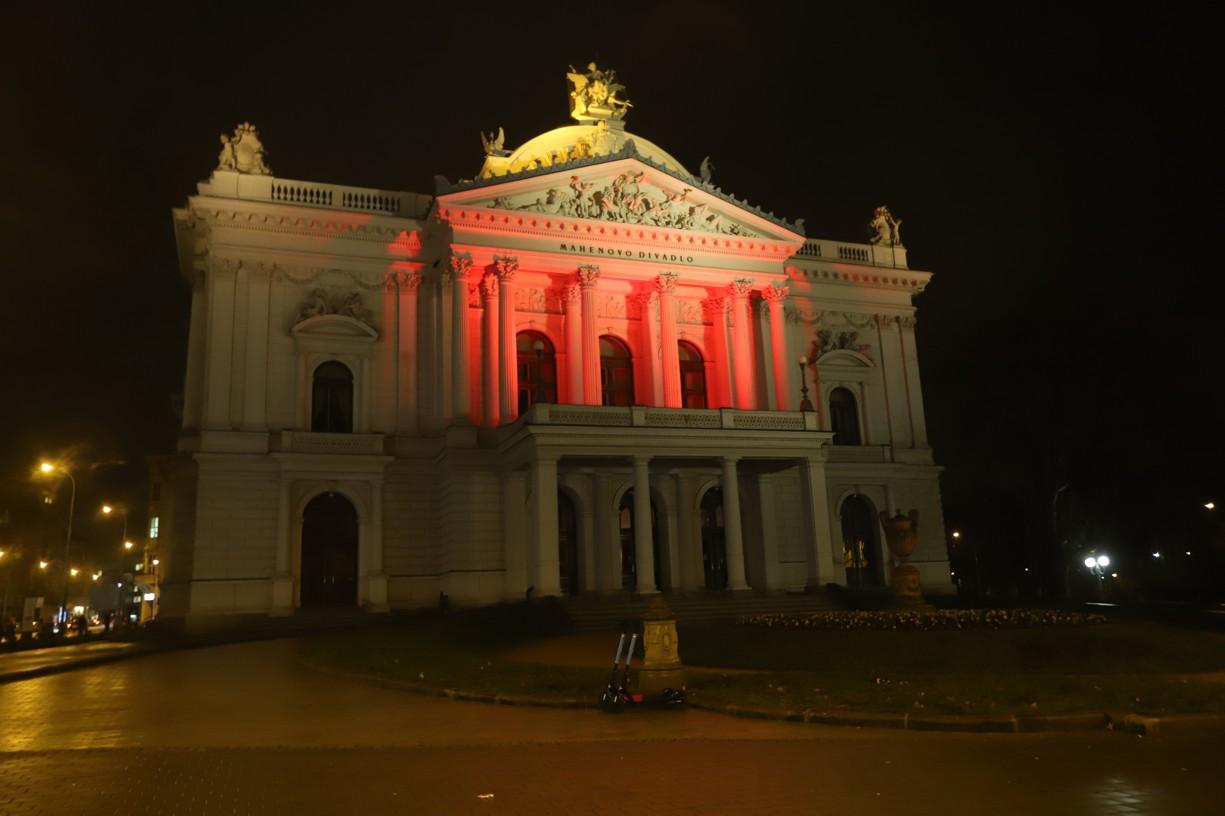 Mahenovo divadlo se v dnešním večeru připojilo k Červené středě - #Red Wednesday!