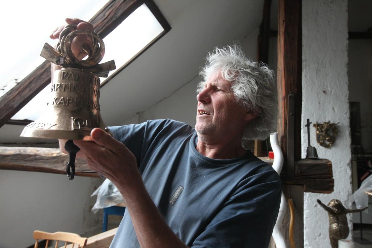 Akademický sochař Otmar Oliva ve své dílně