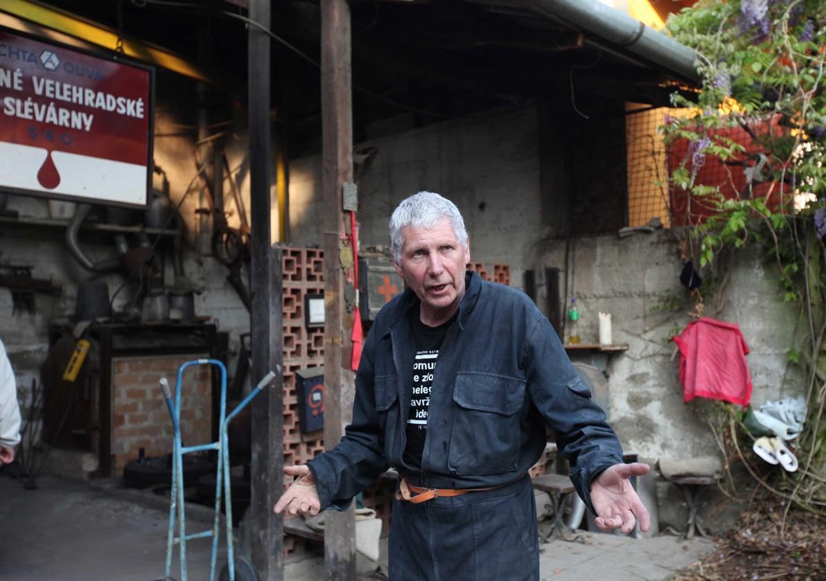 Akademický sochař Otmar Oliva při odlévání