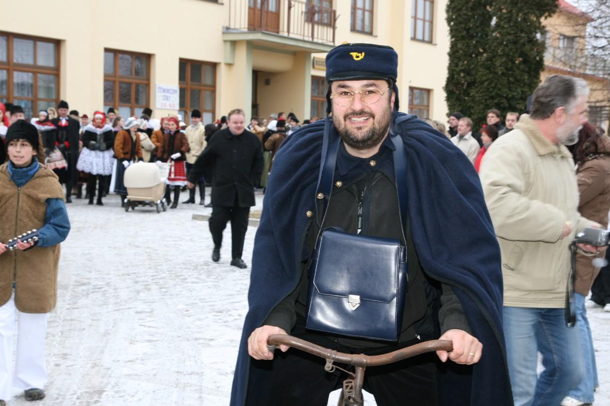 Malíř, doškař, herec a všestranný umělec František Pavlica přijel na kole v uniformě pošťáka.