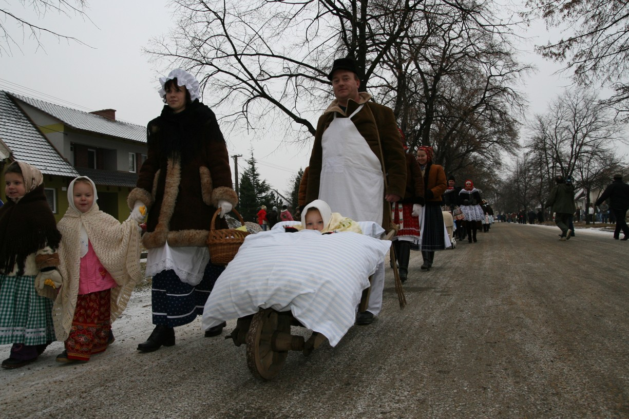 Pestrobarevný průvod s účastníky všeho věku zamířil ke kostelu, kde byly jesličky s právě narozeným Ježíškem.