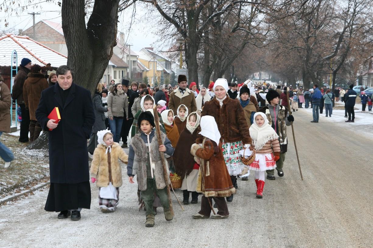 V dlouhém průvodu šel i pan farář P. Jan Žaluda.