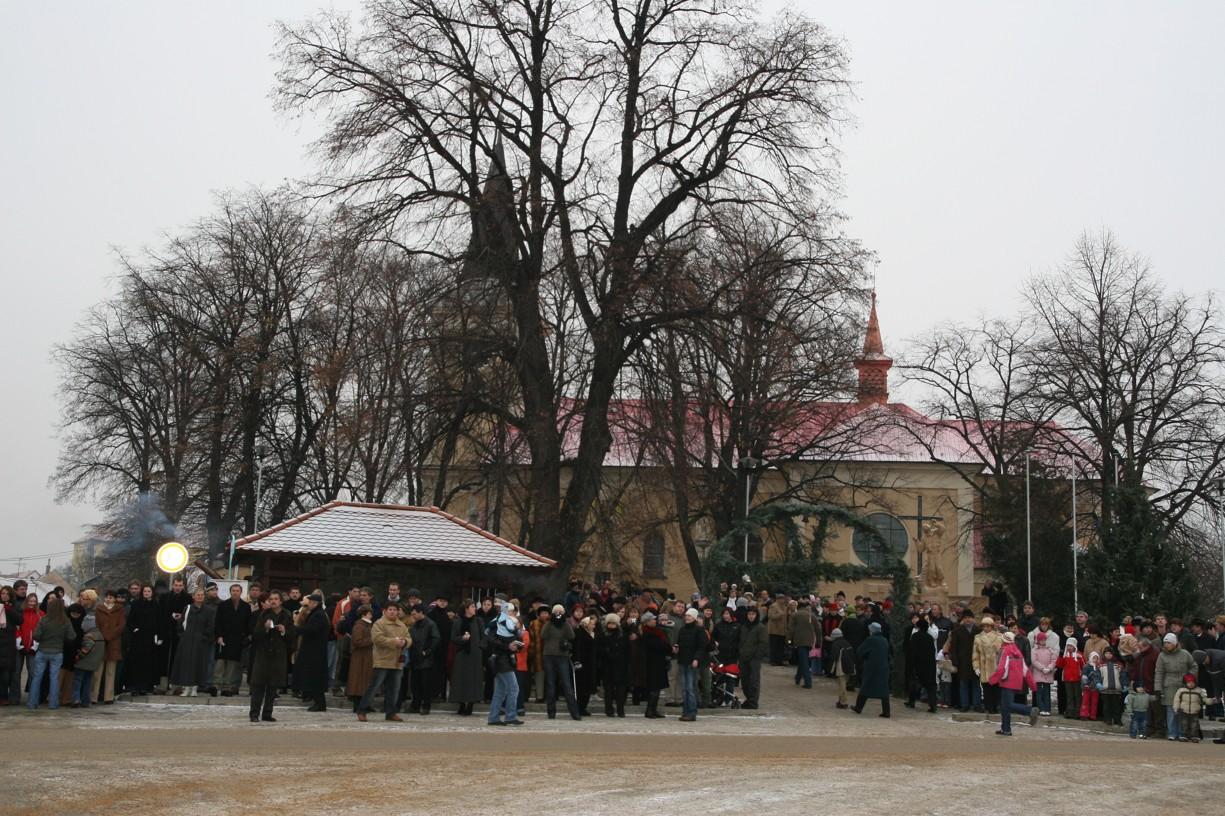Prostranství před kostelem bylo zcela zaplněno lidmi.