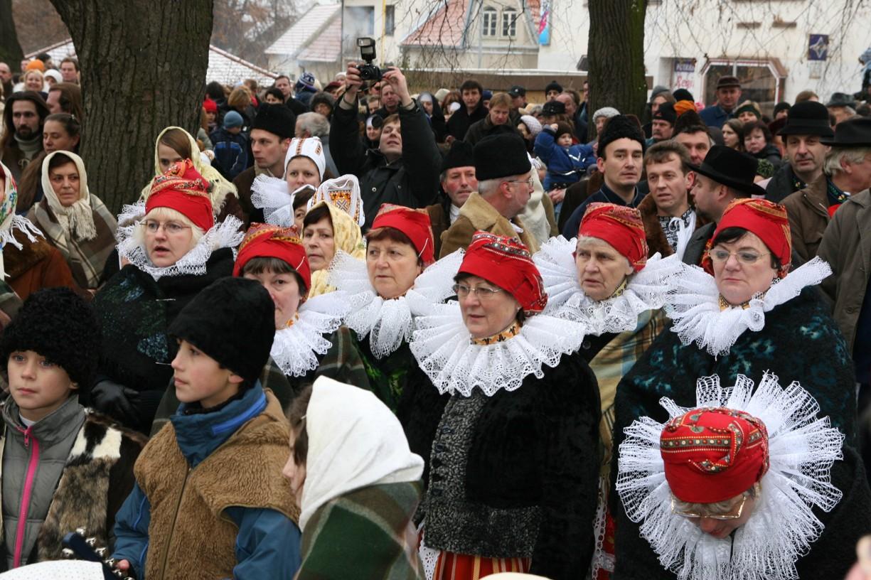 Účinkující v krojích a dobovém oblečení se před Betlémem promíchali s diváky.