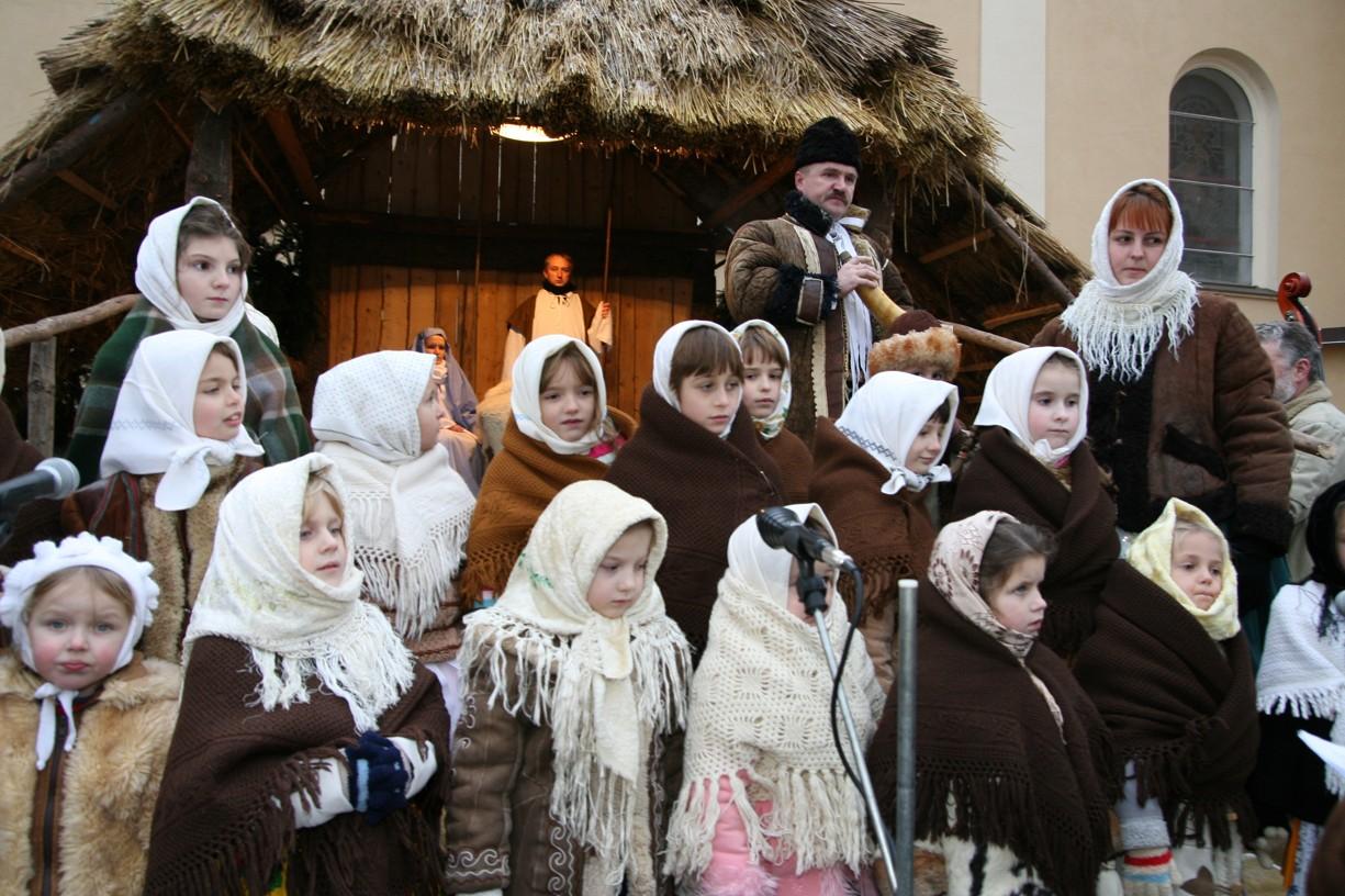 Právě narozenému Ježíškovi zazpívaly i děti.