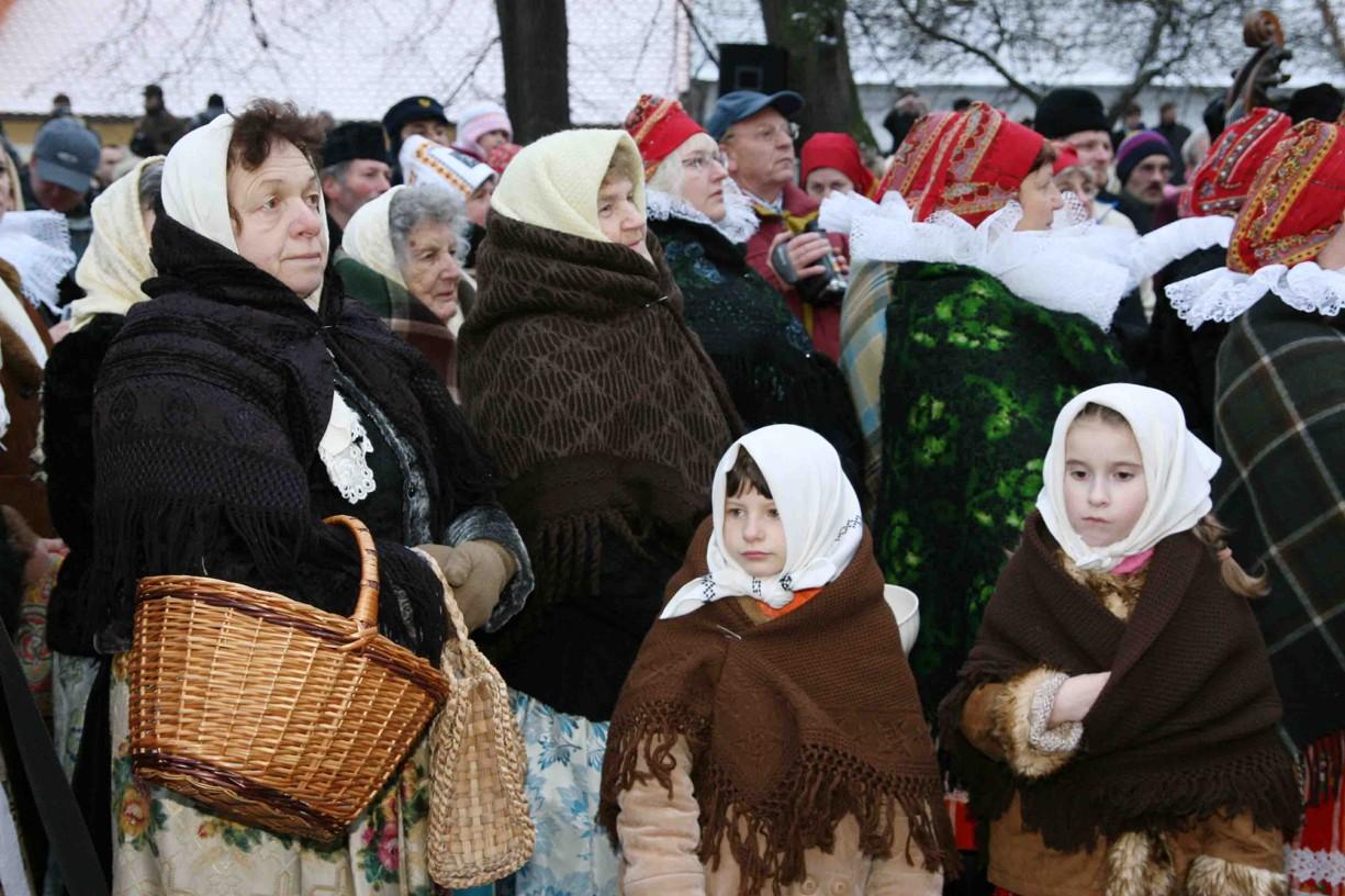 Účinkující v krojích a dobovém oblečení se před Betlémem promíchali s diváky v civilu.
