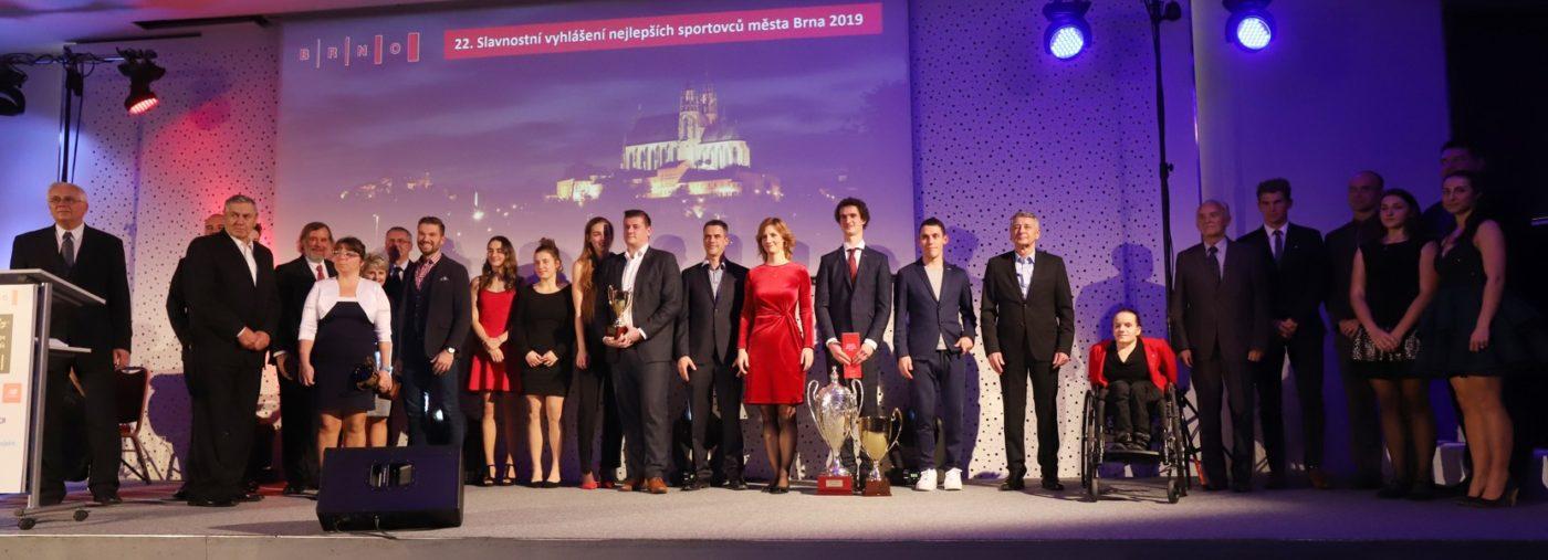 Společný snímek všech oceněných sportovců města Brna za rok 2019.