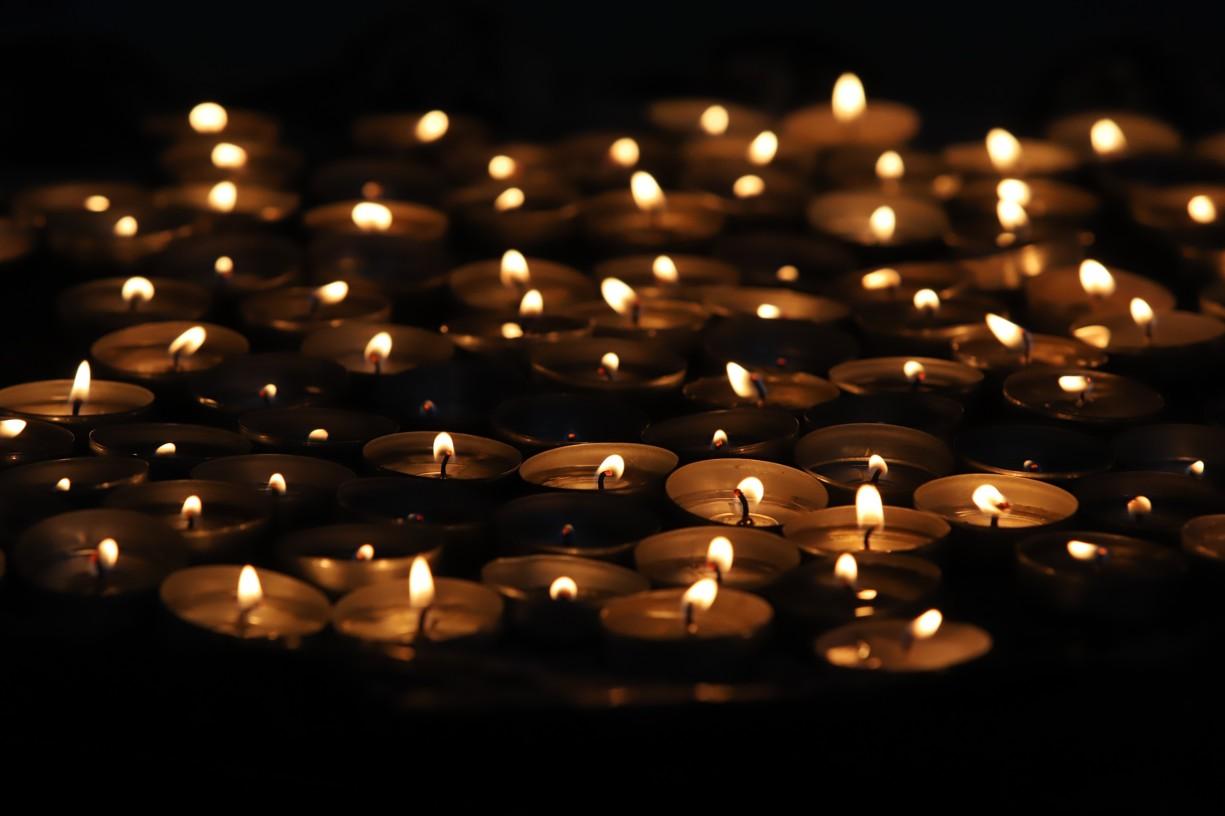 V kostele sv. Jakuba dnes zářila záplava svíček, které lidé zapálili za své blízké či s prosbou o vyslyšení modliteb.