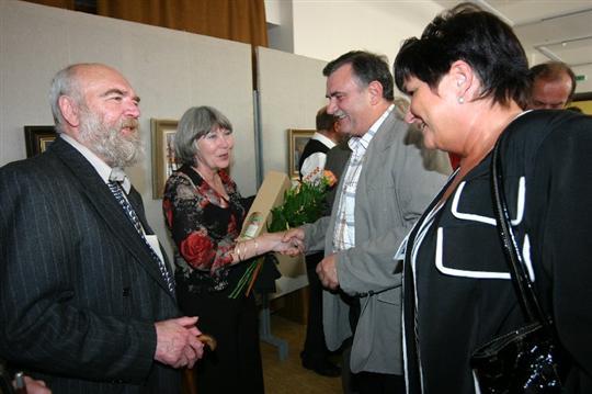 S gratulací a dobrým vínkem přišli poblahopřát také manželé Jurečkovi ze Bzence.