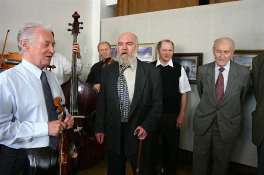 Při oslavě šedesátin si zazpíval s cimbálovou muzkou majstra Martina Hrbáče.