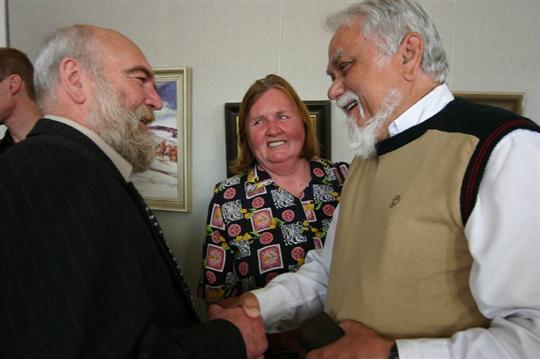 Malíř, muzikant a zpěvák Jura Slovák v roce 2007 v zajetí gratulantů, když slavil ve Veselí nad Moravou šedesátiny.