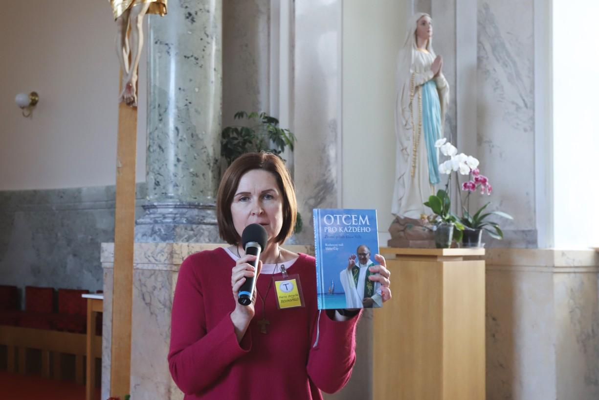 Exministryně Sekulárního františkánského řádu Hana Brigita Reichsfeld upozorňuje na novou knihu o P. Eliasovi Vellovi.