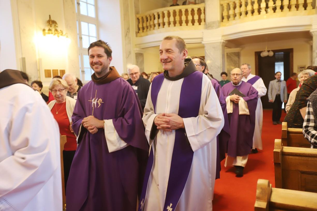 Začátek mše svaté s P. Jakubem Sadílkem (vlevo) a P. Šebestiánem Smrčinou (vpravo)..