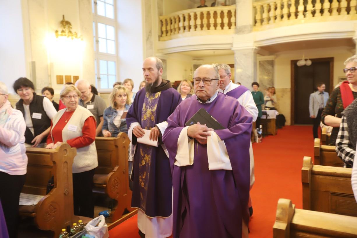 Začátek mše svaté s P. Eliasem Vellou a P. Felixem Máriem Žiškou (vlevo)..