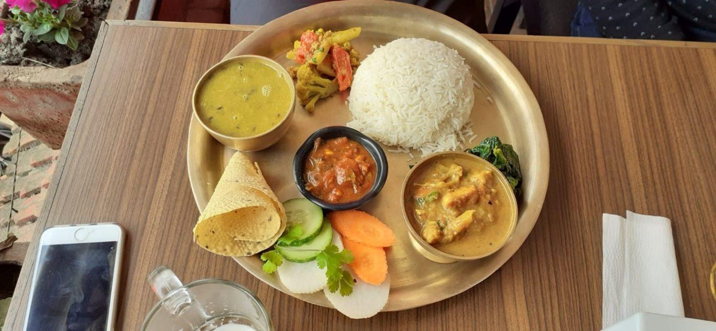 Ještě, když byla ta možnost, zašli si čeští trosečníci v Káthmándú do restaurace na jídlo. Foto: Iva Stafová