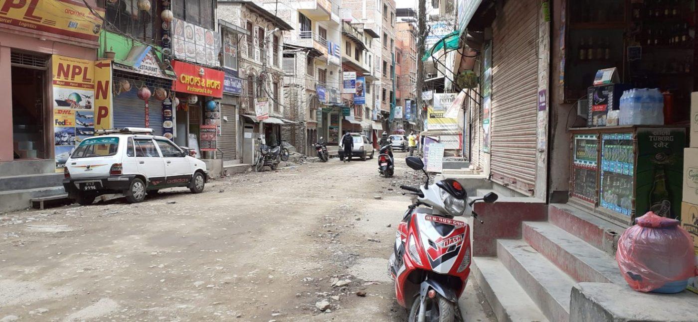 I v Káthmándú v ulicích pomalu utichá život.