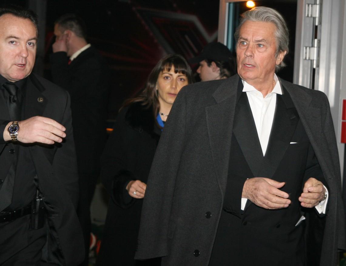 Francouzský herec Alain Delon přišel na pražské letiště Ruzyně, kde se soutěž krásy odehrávala, bočním vchodem.