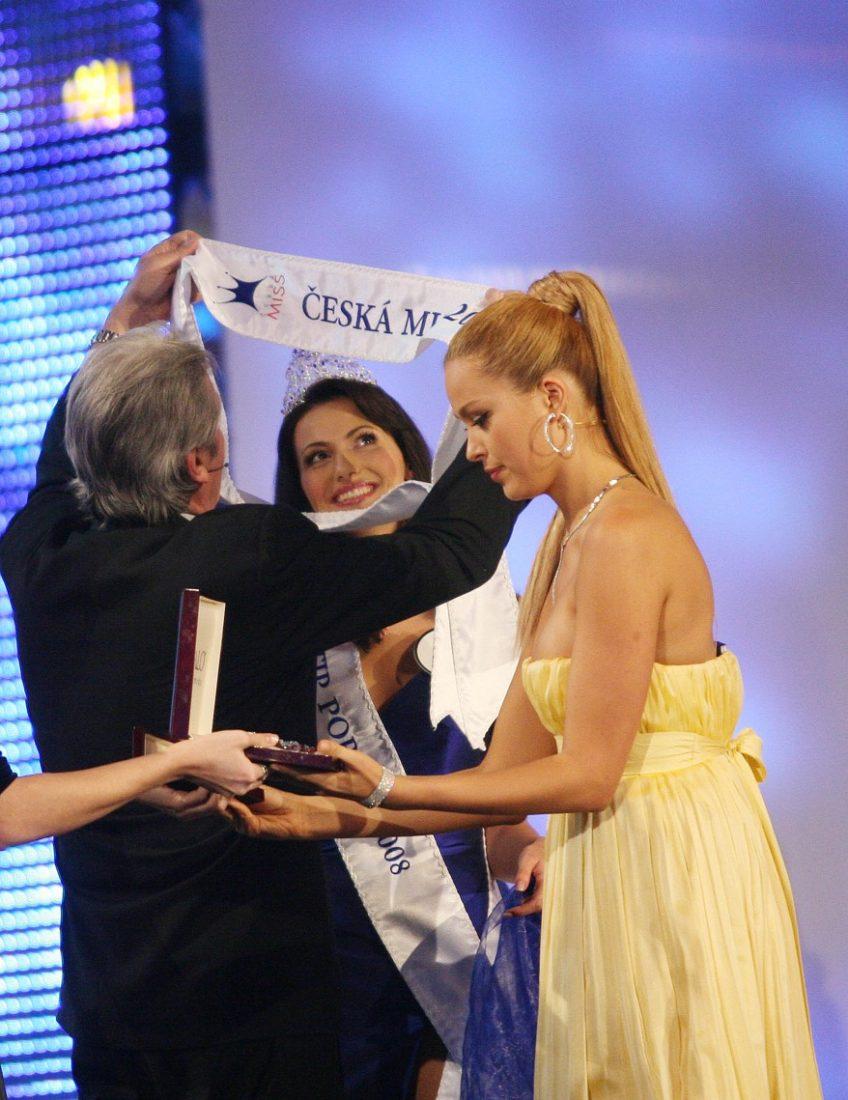 Šerpu vítězce předal herec Alain Delon.
