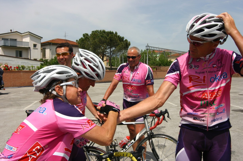 Iva Zajíčková-Stafová (vlevo) v cíli jedné etapy trati Giro d'Italia v velocipedistou Josefe Zimovčákem (vpravo).