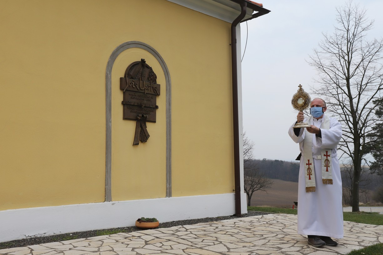 P. Zdeněk Stodůlka vychází každý den okolo patnácté hodiny z kaple na Antonínku s Eucharistií v monstraci, aby udělil požehnání s prosbou za zastavení šíření pandemie Covid-19.