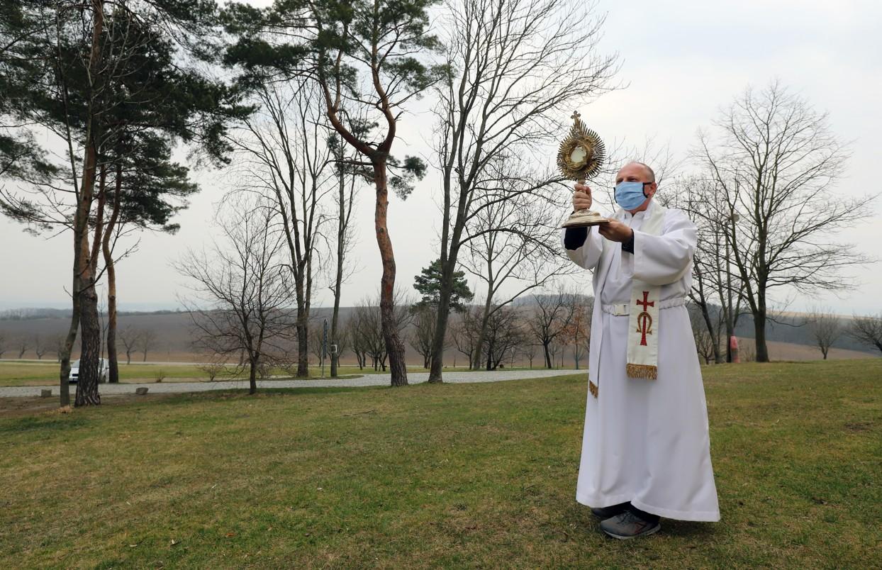 P. Zdeněk Stodůlka uděluje z poutního místa na Svatém Antonínku požehnání na všechny světové strany.