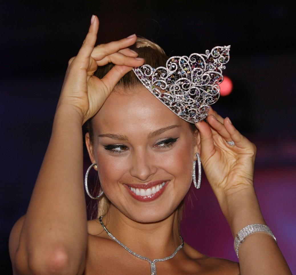 Modelka Petra Němcová před začátkem soutěže zapózovala s korunkou pro vítězku.