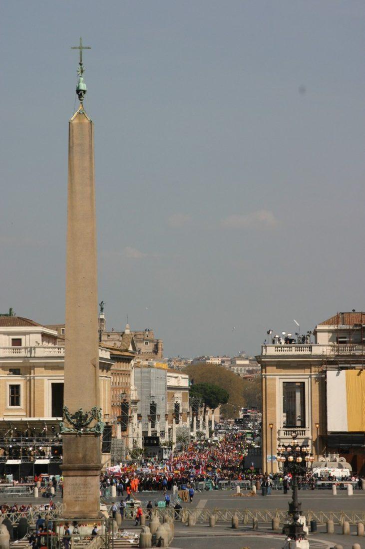 Aby se lidé naposledy poklonili zemřelému Janu Pavlu II. čekali na vstup do baziliky svatého Petra až čtyřiadvacet hodin.