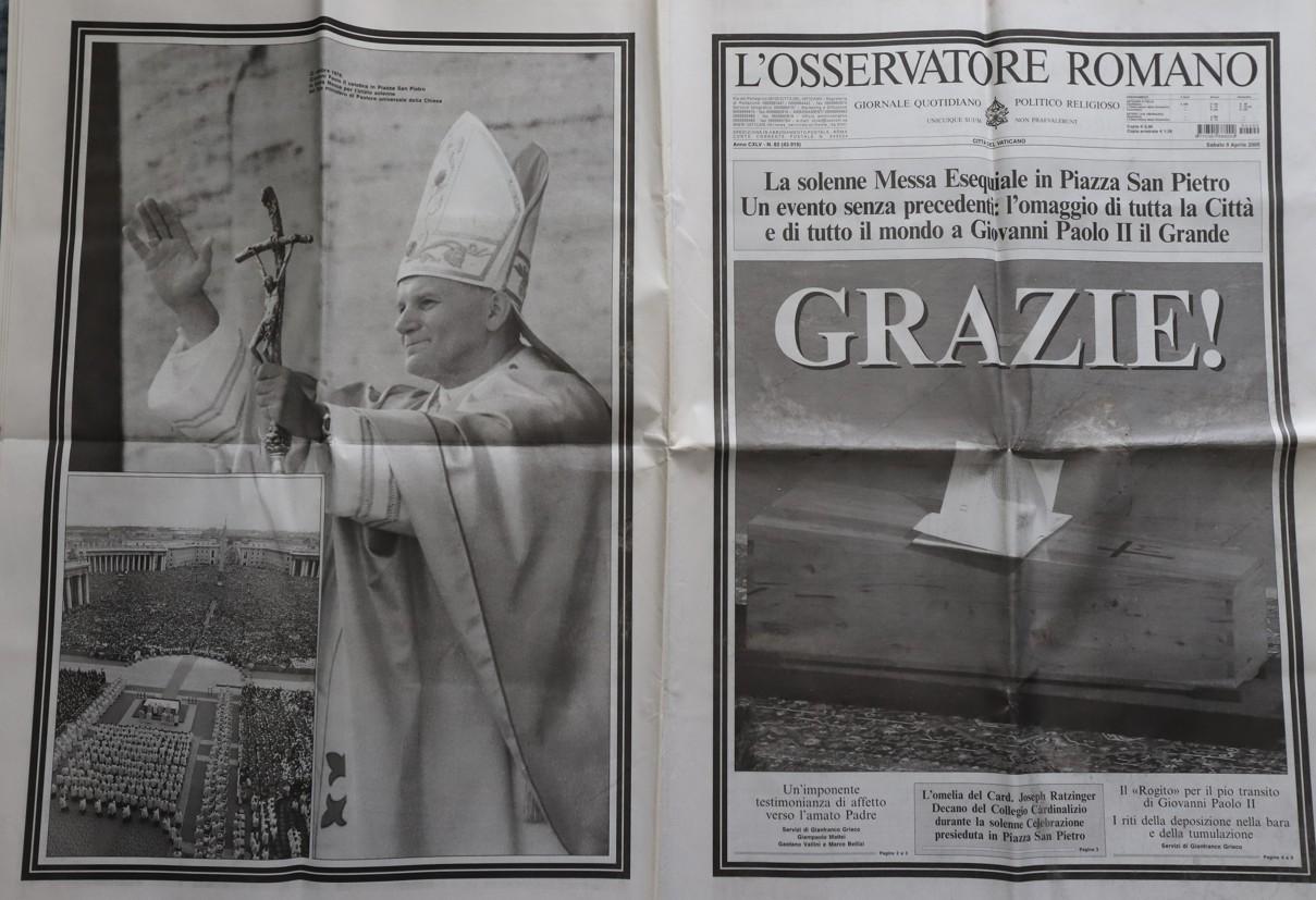 Z pohřbu jsem si domů dovezla i L'osservatore Romano, kde byl pohřeb zmapován do posledního detailu s krásnými fotografiemi