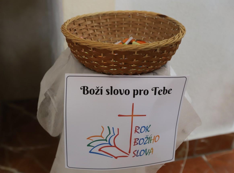 Návštěvníci si mohou vlevo od oltáře vzít z košíčku Boží slovo.