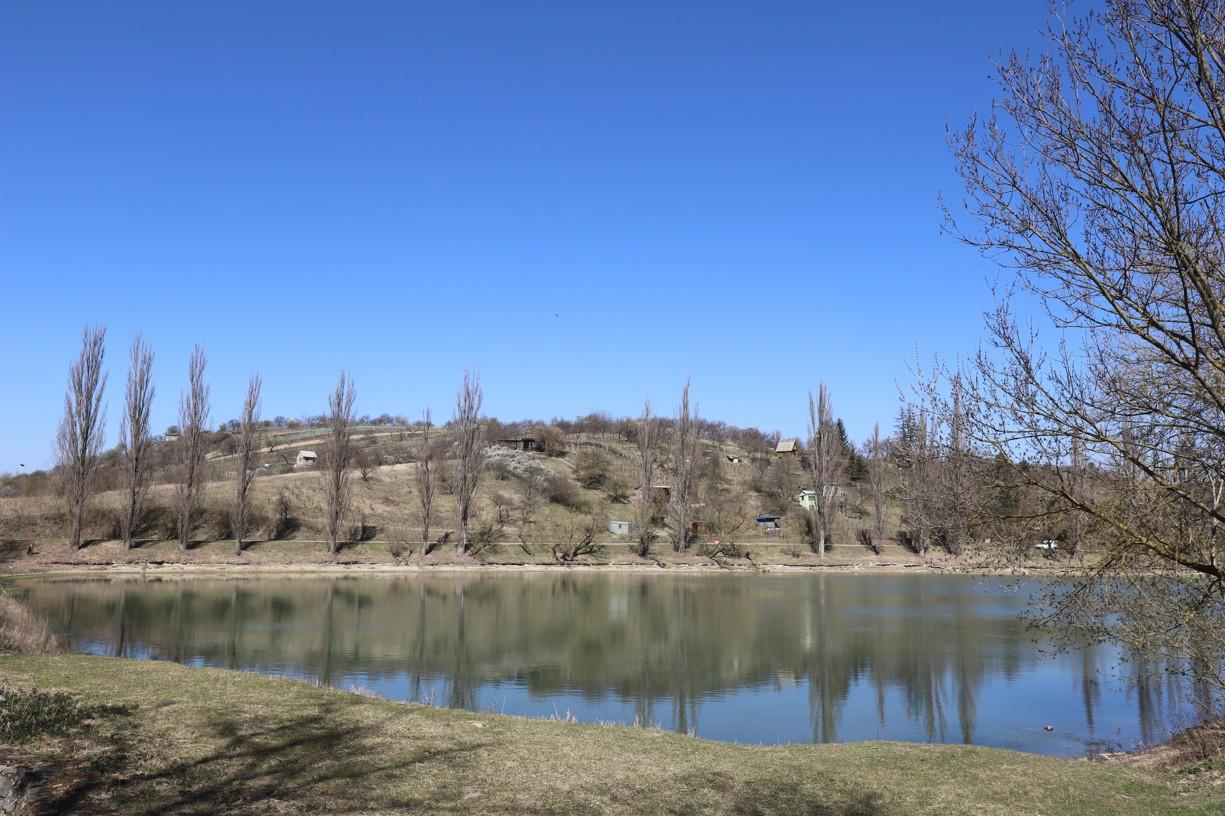 Cesta vedla okolo Předního rybníku