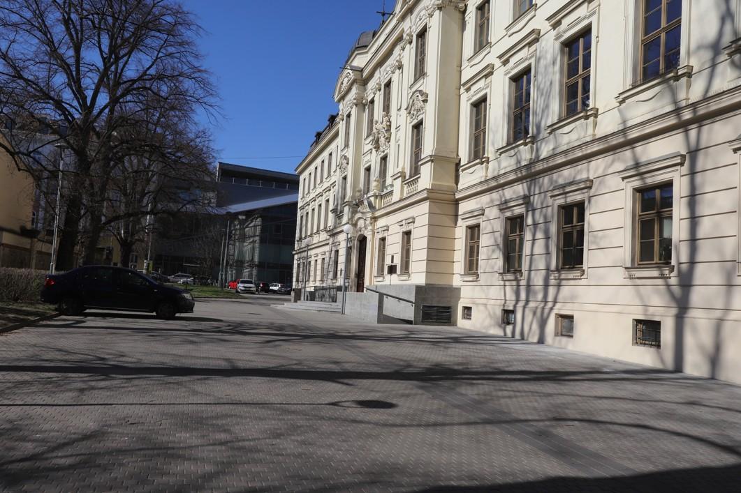 V okolí rektorátu VUT nebylo ani živáčka.