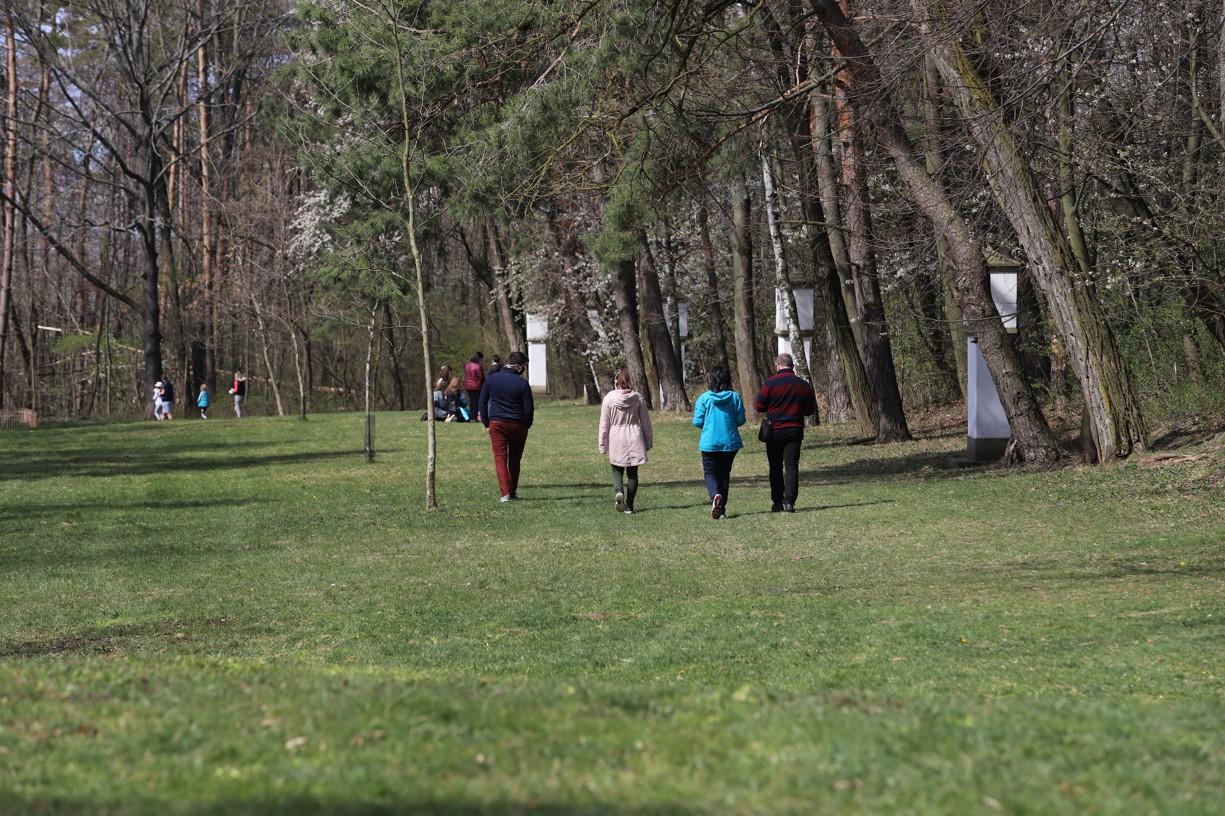 Okolo třetí hodiny, kdy si věřící připomínají ukřižování Ježíše Krista, se na křížové cestě modlilo mnoho rodin i s malými dětmi.