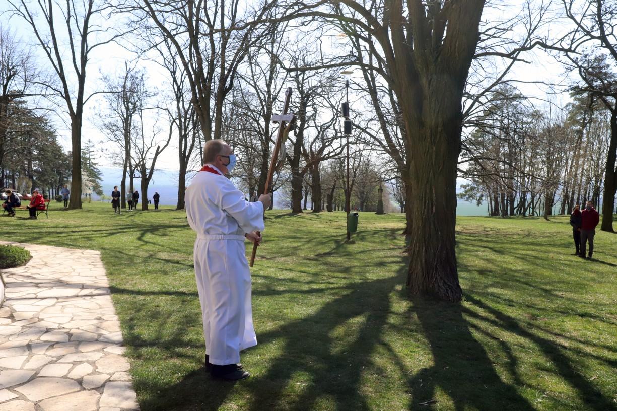 Kněz dnes žehnal na všechny světové strany křížem