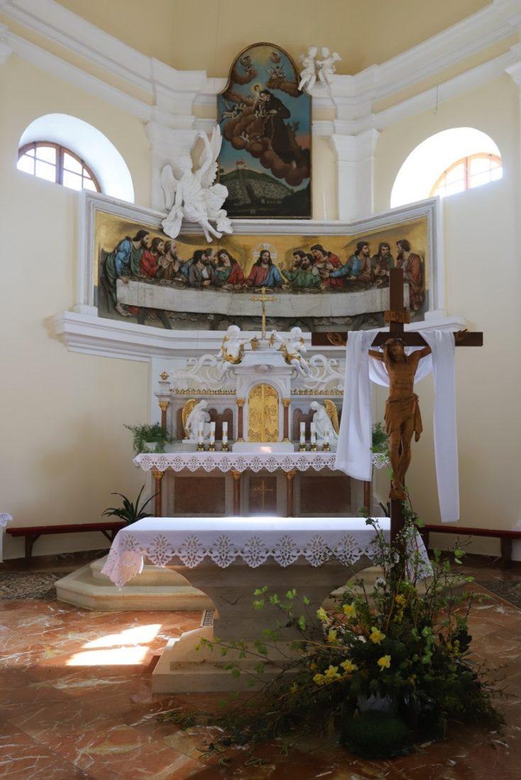 O výzdobu interiéru kaple se postarala Alena Skřenková z Ostrožské Lhoty.