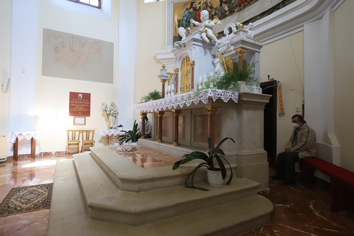 V kapli se modlili pouze jednotlivci.