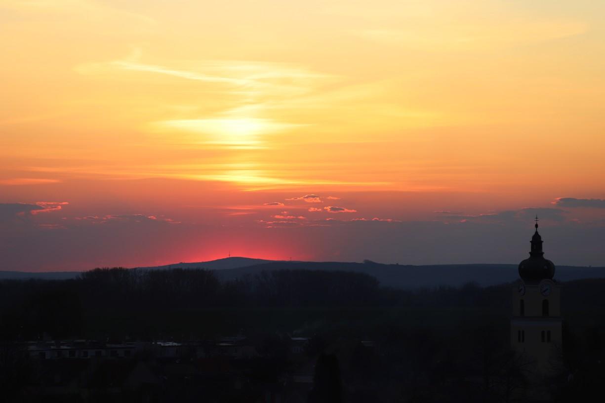 Takto vypadal včera západ nad Blatnicí. Koukněte na tu krásnou růžovou barvu nad Stražovským kopcem.