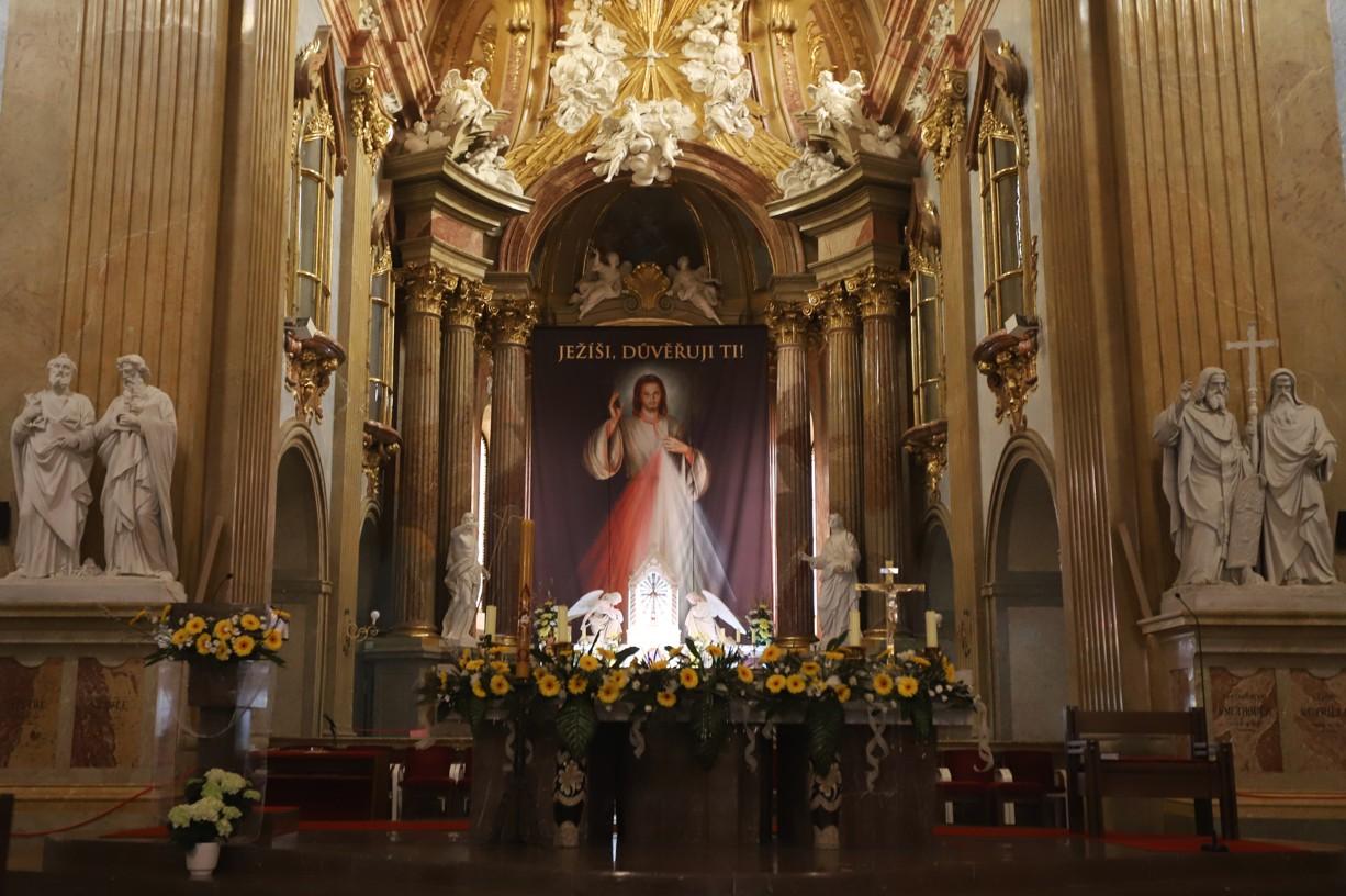 Velikončnívýzdoba v interiéru velehradské baziliky.